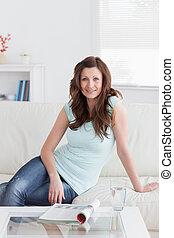 mujer se sentar, sofá, mirar, mientras, cámara