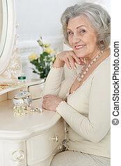 mujer se sentar, tocador, 3º edad, feliz