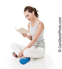 mujer, sentarse, en, suelo, y, leer, un, libro