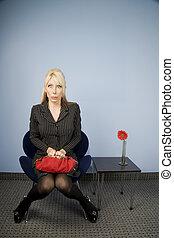 mujer, silla, sentado, esperar, oficina, aprensivo