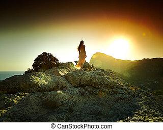 mujer, silueta, en, ocaso, en, montañas