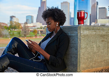 mujer, smartphone, parque, sentado