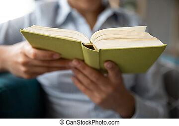 mujer, sofá, joven, sentarse, libro de lectura