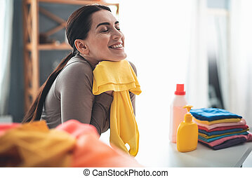 mujer sonriente, ablandado, ropa