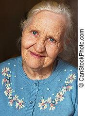 mujer sonriente, anciano