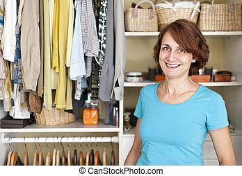 mujer sonriente, armario