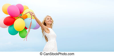 mujer sonriente, con, globos coloridos, exterior