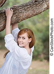 mujer sonriente, en, bosque