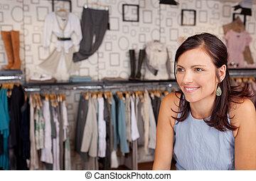 mujer sonriente, en, boutique