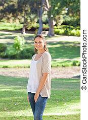mujer sonriente, en el parque