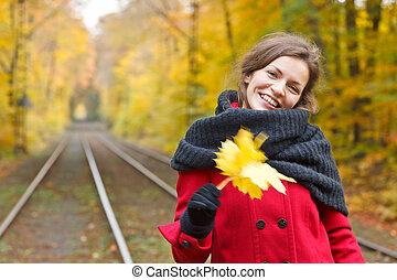 mujer sonriente, en, otoño, parque