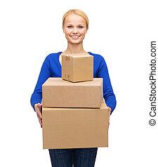 mujer sonriente, en, ropas ocasionales, con, paquete, cajas