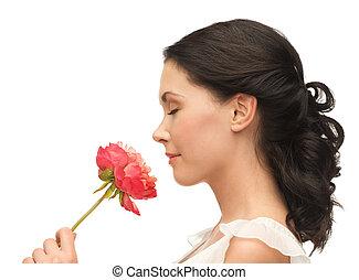mujer sonriente, flor, oler