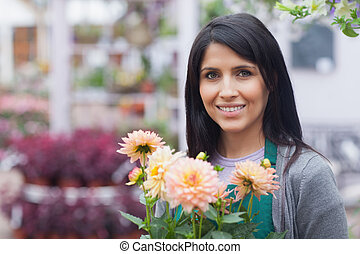 mujer sonriente, flor, tenencia