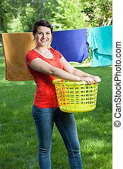 mujer sonriente, lavadero