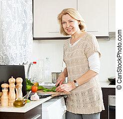 mujer sonriente, mirar, receta, para, cocina, en, internet