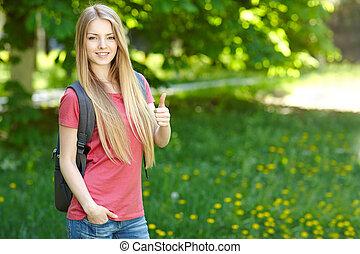 mujer sonriente, mochila, estudiante