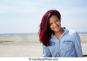mujer sonriente, playa, joven