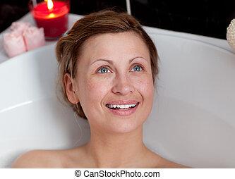 mujer sonriente, relajante, baño