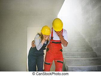 mujer, suffocating, trabajadores, sitio., construcción, hombre