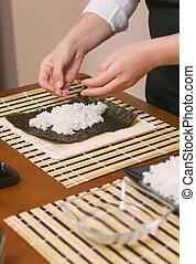 mujer, sushi, japonés, chef, relleno, manos, arroz, rollos