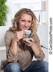 mujer, té de bebida
