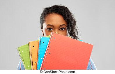 mujer, tímido, cuadernos, norteamericano, estudiante, africano