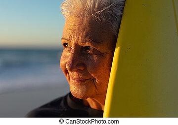 mujer, tabla de surf, viejo, playa