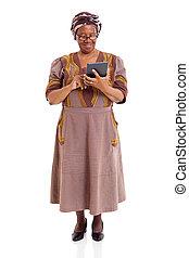mujer, tableta, computadora, africano, utilizar, 3º edad
