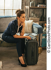 mujer, tableta, equipaje, joven, pc, pensativo