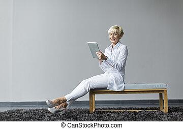 mujer, tableta