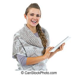 mujer, tableta, suéter, joven, pc, utilizar, sonriente