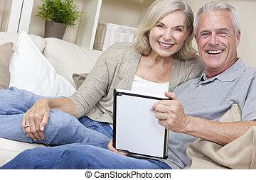 mujer, tableta, y, pareja, computadora, utilizar, hombre mayor, feliz