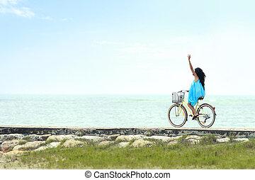 mujer, tener diversión, bicicleta que cabalga, en la playa