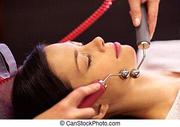 mujer, teniendo, hydradermie, tratamiento facial, en,...