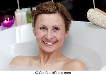 mujer, teniendo, joven, alegre, baño