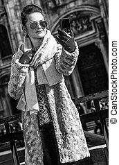 mujer, toma, cámara, digital, frente, catedral, selfie