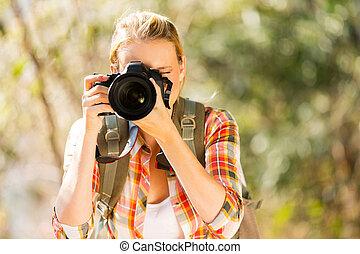 mujer, toma, joven, otoño, fotos, bosque