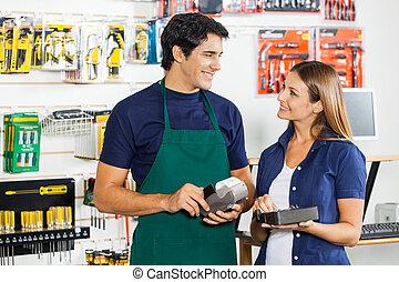 mujer, trabajador, mirar, credito, golpeando, tarjeta