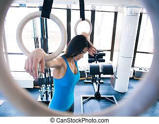 mujer, trabajando, cansado, anillos, gimnastick, afuera