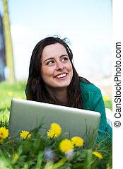 mujer, trabajando, computador portatil, joven, aire libre, feliz
