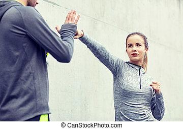 mujer, trabajando, entrenador, aire libre, huelga hacia...