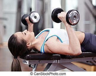 mujer, trabajando, tríceps, y, pecho, con, dumbbells