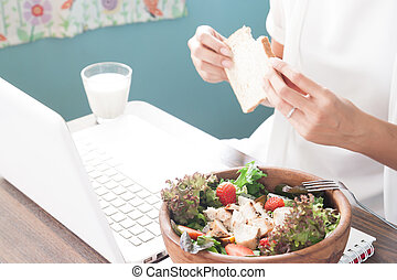 mujer trabajo, con, mañana, comida, foco selectivo, en, ensalada, y, valor en cartera de mujer, pan rebanado, en, plano de fondo