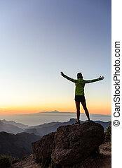 mujer, trepador, éxito, silueta, en, inspirador, montañas