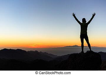 mujer, trepador, éxito, silueta, en, montañas, logro, inspiración