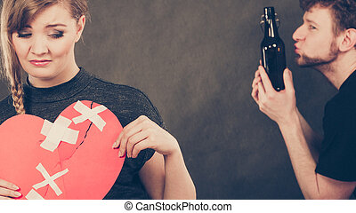 mujer triste, y, hombre, adicto, a, alcohol., roto, heart.