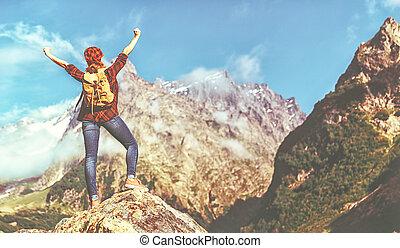 mujer, turista, en, cima, de, montaña, en, ocaso, aire libre, durante, caminata, en, verano
