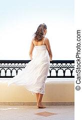mujer, turista, joven, recurso, atractivo, escalofriante