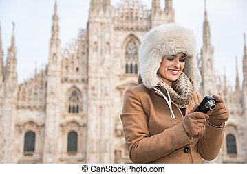 mujer, turista, verificar, duomo, fotos, cámara, digital